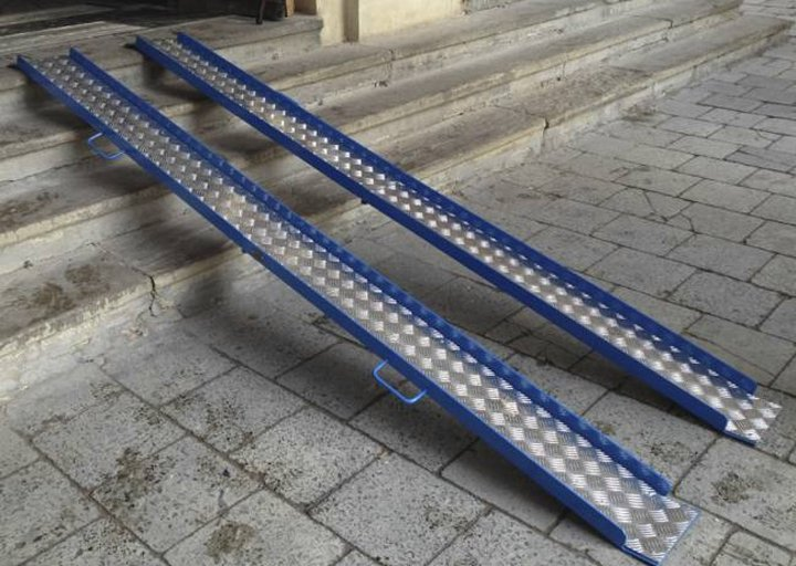Пандус раскладной и переносной для инвалидов ( 3 фото)