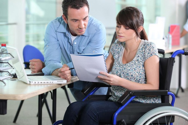 Выплата пенсии по инвалидности работающим пенсионерам.