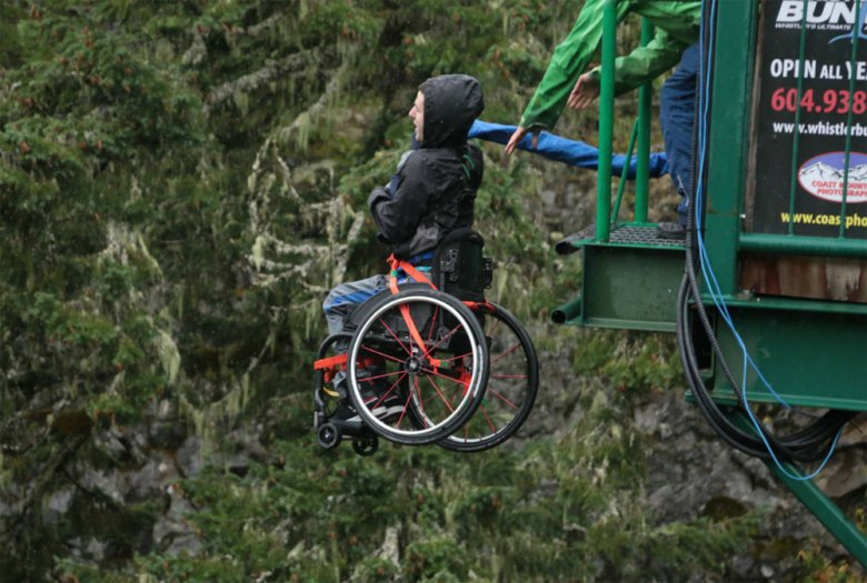 Инвалид прыгнул с тарзанки в инвалидной коляске